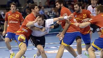 Patrick Groetzki bleibt in der spanischen Defensive hängen.