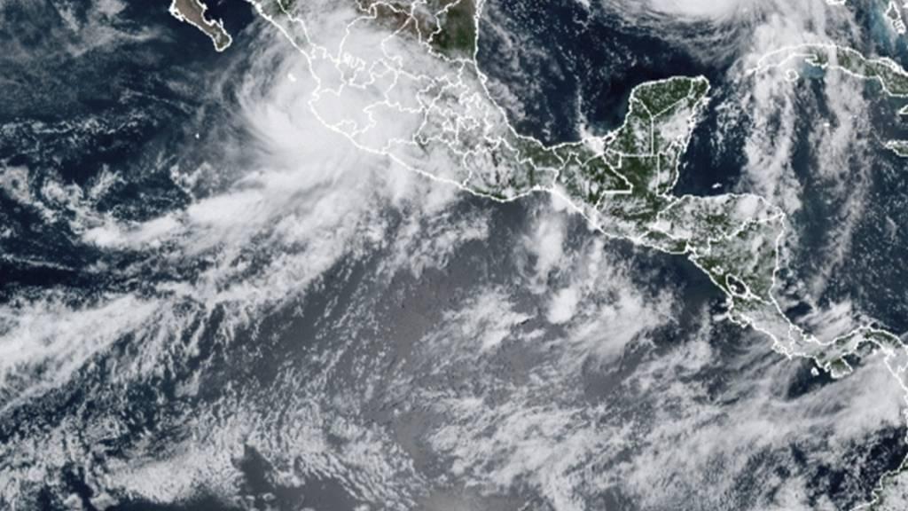 HANDOUT - Dieses von der National Oceanic and Atmospheric Administration (NOAA) zur Verfügung gestellte Bild zeigt die Unwettersysteme Hurrikan «Nora» (oben, l) und Hurrikan «Ida» (oben, r) über dem nordamerikanischen Kontinent. Foto: Uncredited/NOAA/AP/dpa - ACHTUNG: Nur zur redaktionellen Verwendung und nur mit vollständiger Nennung des vorstehenden Credits