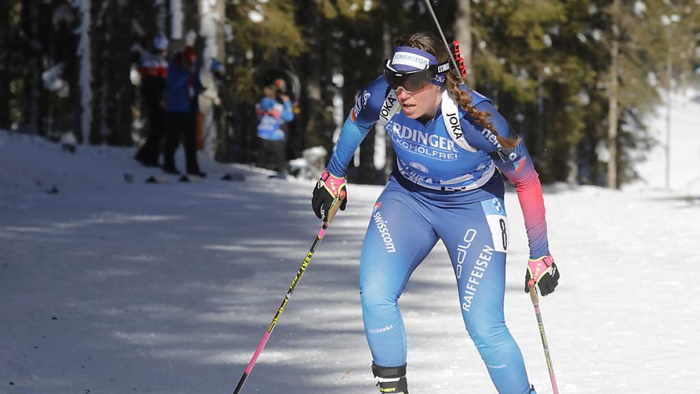Lena Häcki kämpft sich mit kraftvollem Schritt den Berg hoch.