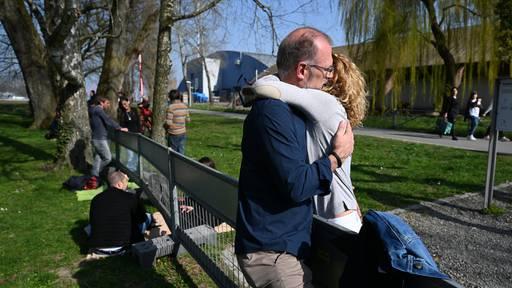 Liebe in Zeiten von Corona: Menschen treffen sich am Grenzzaun