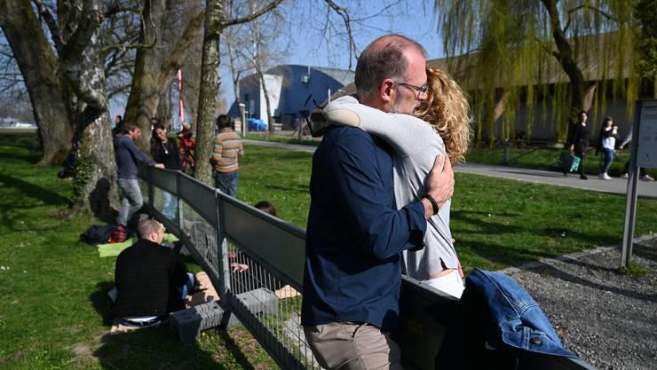Seit Konstanz und Kreuzlingen ein Zaun trennt, treffen sich dort oft Paare und Familien.
