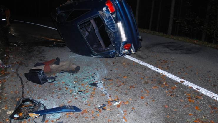Das Ende eines Selbstunfalls in Dornach SO: Das Auto landet nach zwei Drehern auf der Seite.