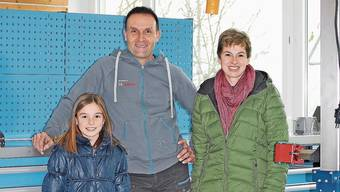Freuen sich auf das leerstehende Schulhaus: Bruno und Manuela Hochuli mit Tochter Elin.