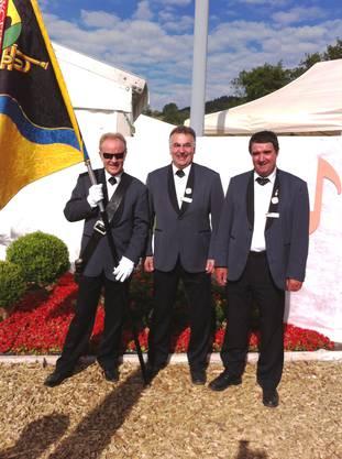 Fähnrich Urs Kämpf mit den beiden eidgenössischen Veteranen Walter Schmid und Julius Graf