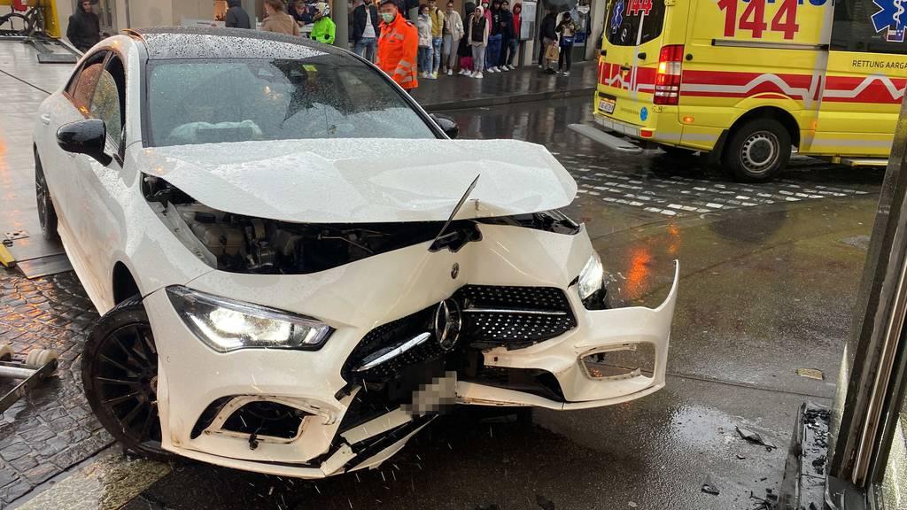 19-Jähriger kracht mit Mercedes in Schmuckgeschäft