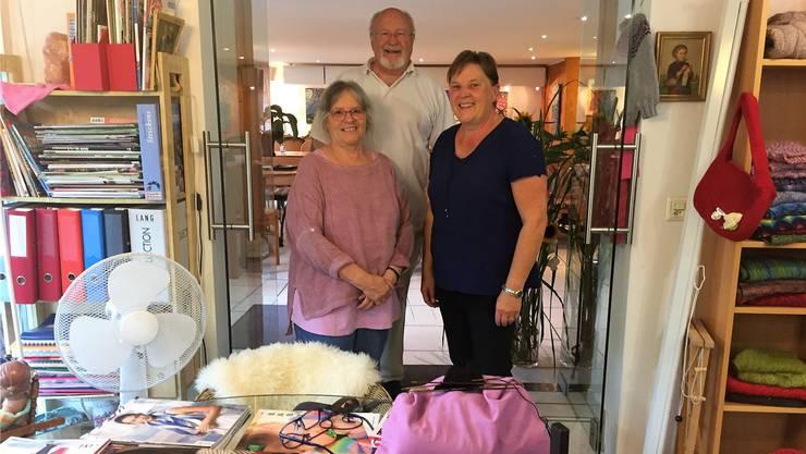 Brigitte und Kurt Schlup zusammen mit Regula Allemann (rechts) in ihrem Strickcafé in Selzach.