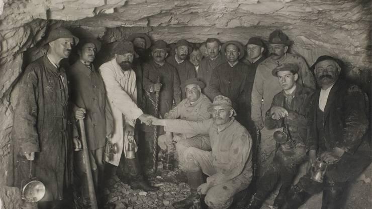 Zeitgenössisches Bild aus der Hauenstein-Basistunnel-Baustelle. Euseb Vogt ist der linke der beiden knieenden Männer in der Bildmitte.