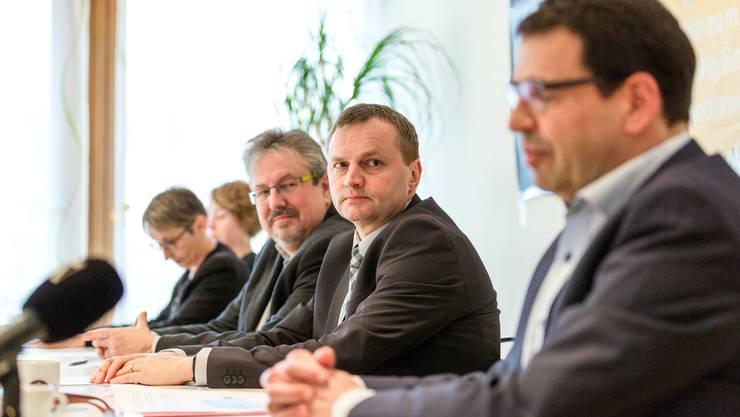 """Medienkonferenz des überparteilichen Komittees """"Nein zu No Billag"""". v.l.n.r.: Irène Kälin (Grüne), Elisabeth Burgener (SP), Liliane Studer (EVP, nicht zu sehen), Beat Flach (glp), Bernhard Guhl (BDP), Ruth Humbel (CVP) und Matthias Jauslin (FDP)"""