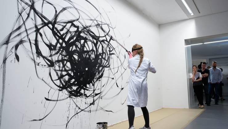 Zeichnen als Performance: Karoline Schreiber war bei der Vernissage mit verbundenen Augen am Werk.