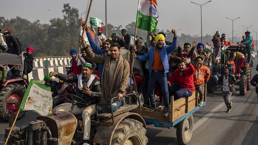 Zehntausende Bauern stürmen Indiens Hauptstadt mit Traktoren