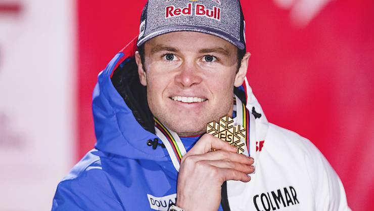 Der Franzose Alexis Pinturault zeigt seine Goldmedaille