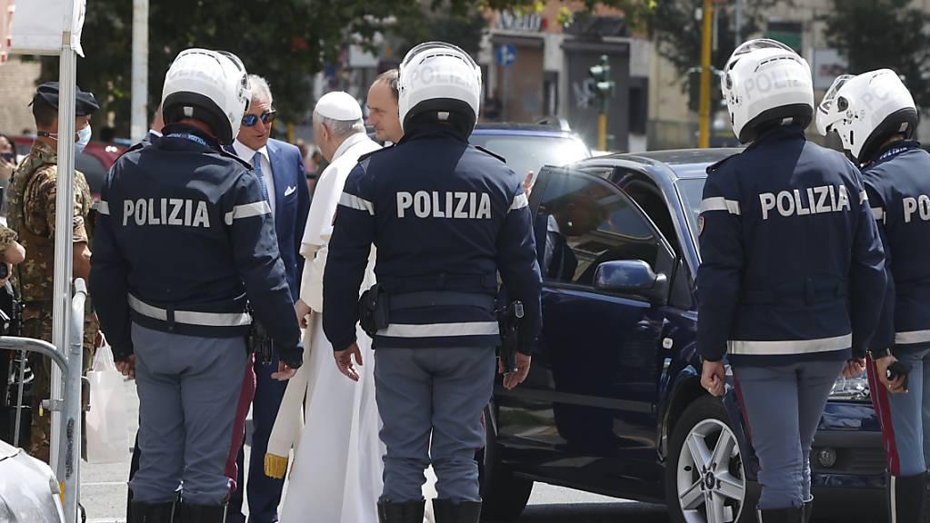 Papst Franziskus (5.v.l.) grüßt die Polizisten, die ihn eskortiert haben, als er nach seinem Krankenhausaufenthalt im Vatikan ankommt. Foto: Riccardo De Luca/AP/dpa