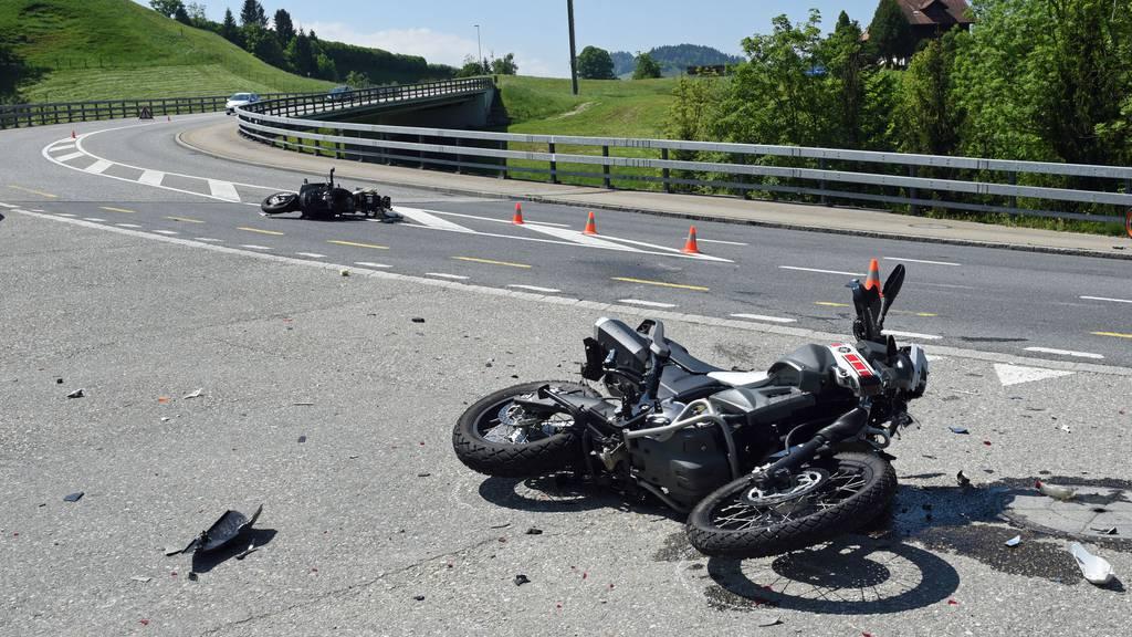 Zwei Töfffahrer nach Kollision schwer verletzt