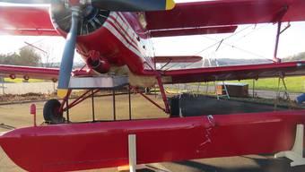 Doppeldecker auf Flugplatz beschädigt