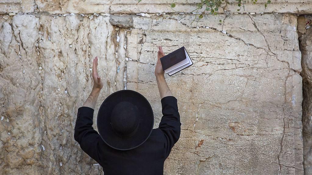 Ein ultra-orthodoxer jüdischer Mann betet vor dem jüdischen Vergebungstag Jom Kippur, an der Klagemauer. Aufgrund steigender Infektionszahlen gelten in Israel wieder verschärfte Corona-Lockdown-Maßnahmen. Foto: Ariel Schalit/AP/dpa