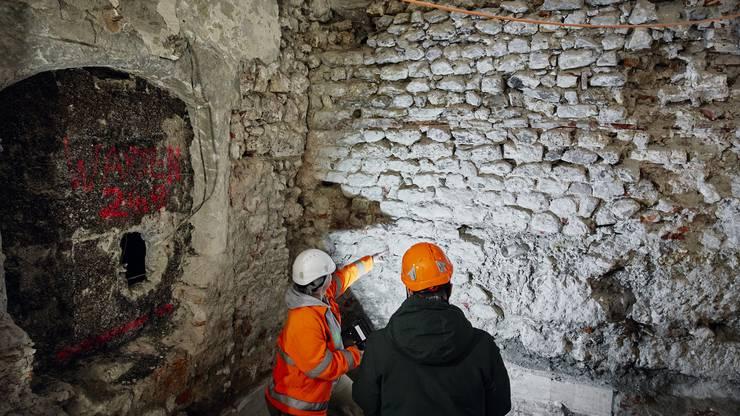 Eine Mauer wie ein historisches Puzzle: Archäologin Andrea Schaer (48) erklärt die Baugeschichte im Ochsen-Keller.