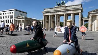 dpatopbilder - Mehrere Friedens- und Abrüstungsorganisationen  demonstrierten vor dem Start der Verhandlungen zwischen den USA und Russland über ein weiteres Vorgehen in der atomaren Rüstungskontrolle, auf dem Pariser Platz in Berlin. Foto: Fabian Sommer/dpa