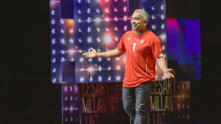 Cesar Millan bei seinem Auftritt in der Schweiz mit Schweizer-Nati-Trikot.