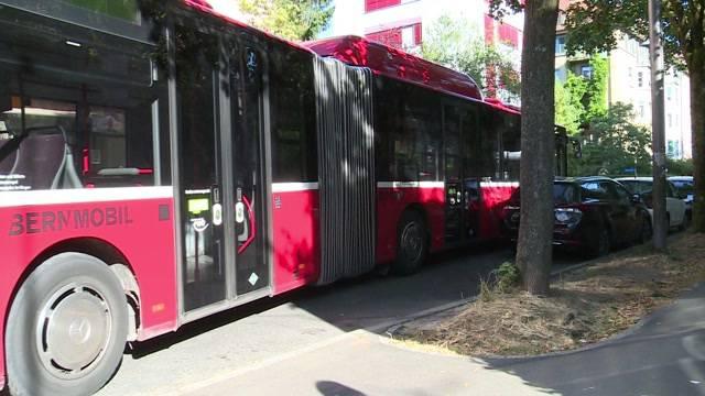 Pechvogel: Bernmobil endet eingeklemmt
