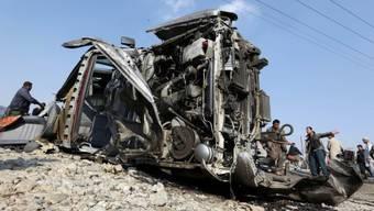 Das beim Anschlag zerstörte Fahrzeug der britischen Botschaft