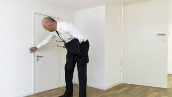 """Bundespräsident Alain Berset während des Rundgangs durch die Sieger-Ausstellung """"Svizzera 240: House Tour""""."""