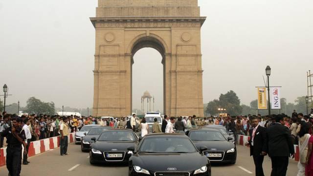 Fahrzeuge des Autobauers Audi vor dem India Gate Memorial in Neu Dehli (Archiv)