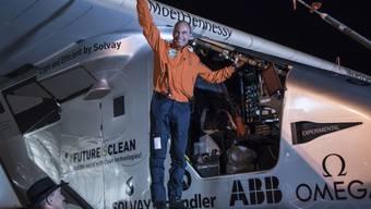 Bertrand Piccard winkt am Donnerstag in Goodyar, Arizona, vor dem Start.