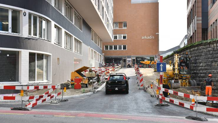 Die Von-Roll-Strasse ist nur für Aarepark-Nutzer offen, aber nicht für den allgemeinen Verkehr.