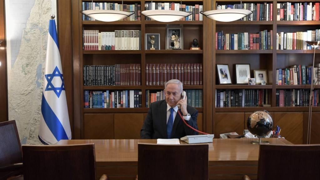Der israelische Ministerpräsident Benjamin Netanjahu während einer Telefonkonferenz mit dem US-Präsidenten, dem Kronprinzen des Emirats Abu Dhabi und dem stellvertretenden Oberbefehlshaber der Streitkräfte der Vereinigten Arabischen Emirate.