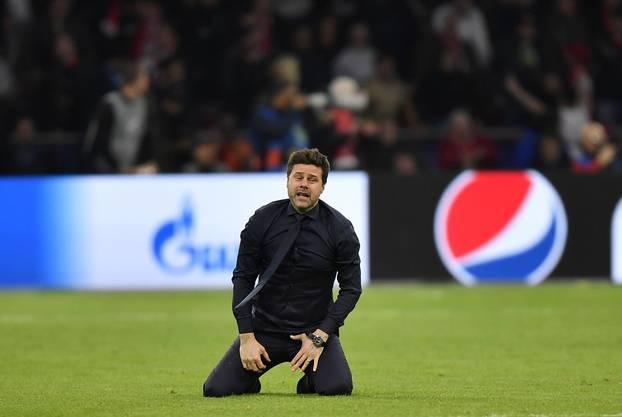 Trainer Mauricio Pochettino sinkt nach dem unerwarteten Sieg seiner Mannschaft zu Boden.