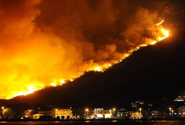 Die Feuersbrunst hat mehrere Häuser zerstört.