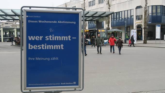 Zahlreiche Plakate erinnern die Bevölkerung in Dietikon an die kommende Abstimmung.