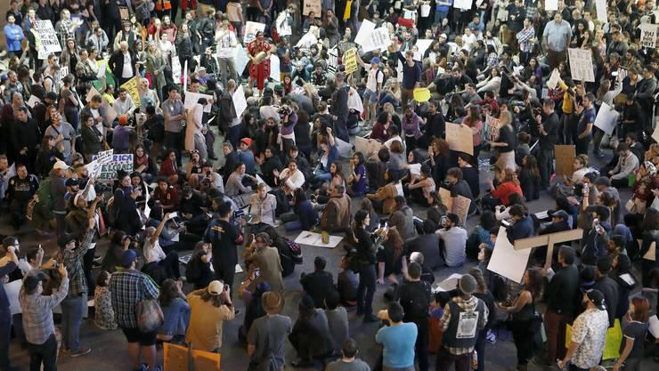 In den USA haben Zehntausende Menschen gegen die von Präsident Donald Trump verhängten Einreiseverbote für Bürger von sieben muslimischen Ländern protestiert.