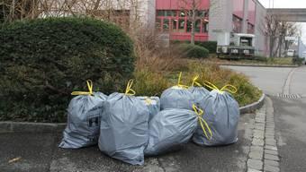 Sorgten für Unmut: Brugger Abfallsäcke, die tagelang an der Strasse standen. Dieses Problem ist grösstenteils gelöst.