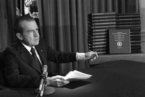 Richard Nixon mit den Abschriften der Tonbänder, die ihn zu Fall brachten.