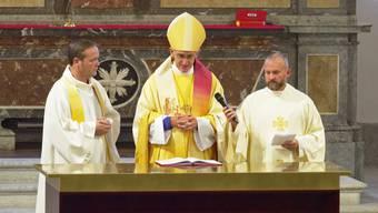 Bischof Harald Rein (Mitte) mit Pfarrer Kai Fehringer (links) während des Gottesdiensts zur Wiederöffnung der Stadtkirche im September 2018.