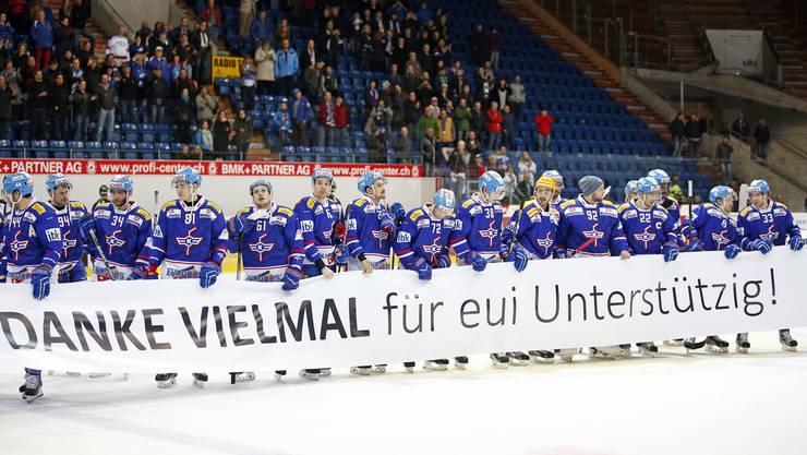 Die Kloten Flyers bedanken sich nach dem Spiel bei ihren Fans für die Unterstützung.