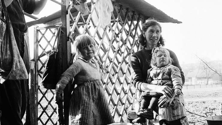 Eine jenische Schweizer Familie: Vater, Mutter und Töchter.