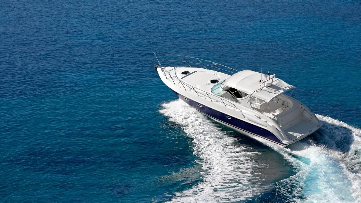 Ein Betrunkener fuhr mit seinem Boot in ein Motorboot, das am Hafen angebunden war. (Symbolbild)