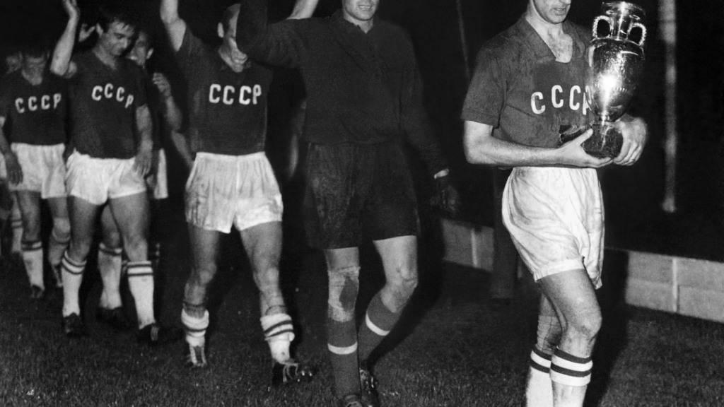 Die Mannschaft der Sowjetunion nach ihrem Sieg am 10. Juli 1960 im Final in Paris gegen Jugoslawien