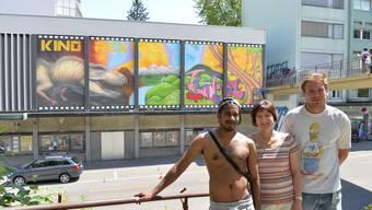 Das «Rex» hat eine Kino-würdige Fassade erhalten: Cédric Noger (l.) und Andreas Sedclacek, zusammen mit Verwalterin Mirjam Maurhofer-Martin. (Montage)