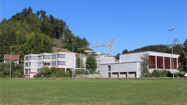 Die Turnhalle (Gebäude rechts) soll nach den Herbstferien wieder in Betrieb genommen werden. Die Sanierung der Schulanlage Färberacker dauert noch bis Ende Jahr.