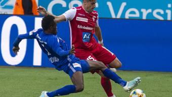 Der Luzerner Torschütze Ibrahima Ndiaye (links) im Zweikampf mit Sions Mickael Facchinetti
