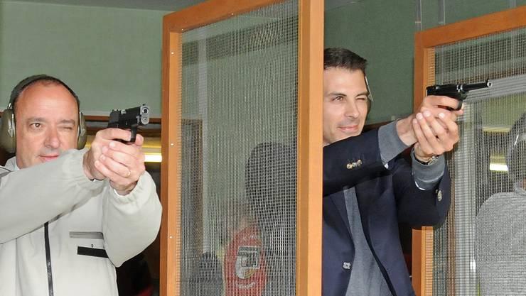 Grossratspräsident Markus Dieth (links) im Pistolenduell mit seinem Vorgänger Thierry Burkart.