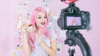 Ganz viel rosa und Mode: Eine Influencerin dreht ein Youtube-Video.
