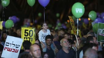 """Tausende Israelis haben in Tel Aviv für ein Ende der seit 50 Jahren andauernden Besatzung der Palästinensergebiete demonstriert.  """"50 Jahre sind genug - Frieden jetzt!"""", stand auf Schildern."""