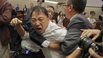 Hintergrund der handgreiflichen Auseinandersetzungen ist ein Streit über ein geplantes Gesetz, das die Auslieferung von mutmasslichen Straftätern nach China ermöglichen soll.