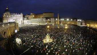 Jubel im Vatikan: Die Menschen auf dem Petersplatz sehen weissen Rauch aufsteigen