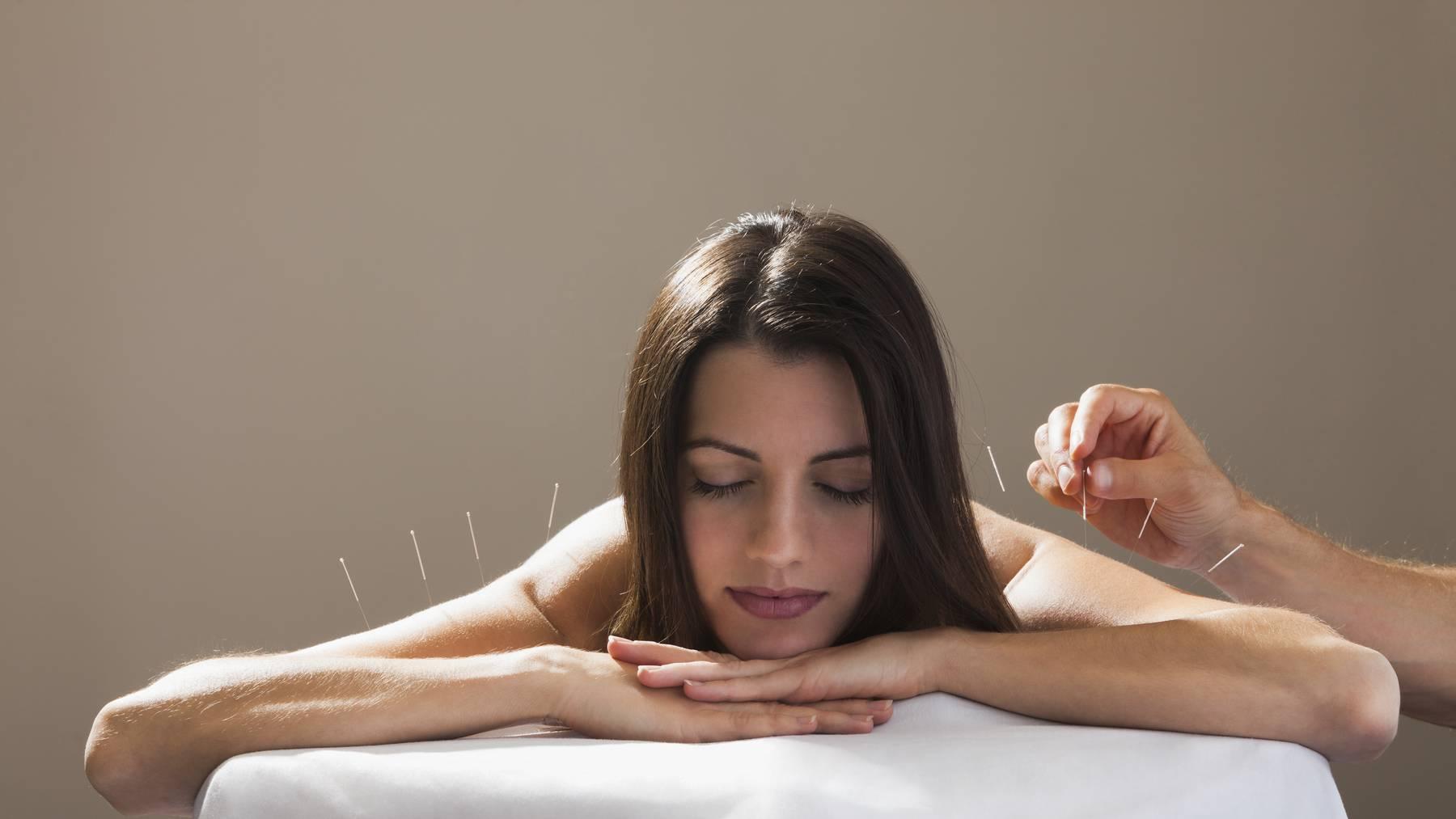 Behandlungen wie Akupunktur sind in der Grundversicherung nicht enthalten.