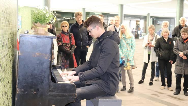 Der 17-jährige Badener Kantischüler und Pianist Aleksa Golić zeigte sein Können am Klavier.